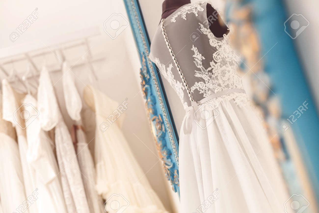 0024b770bf0b Abito da sposa bella manichino in Atelier. Una varietà di abbigliamento da  sposa in appeso