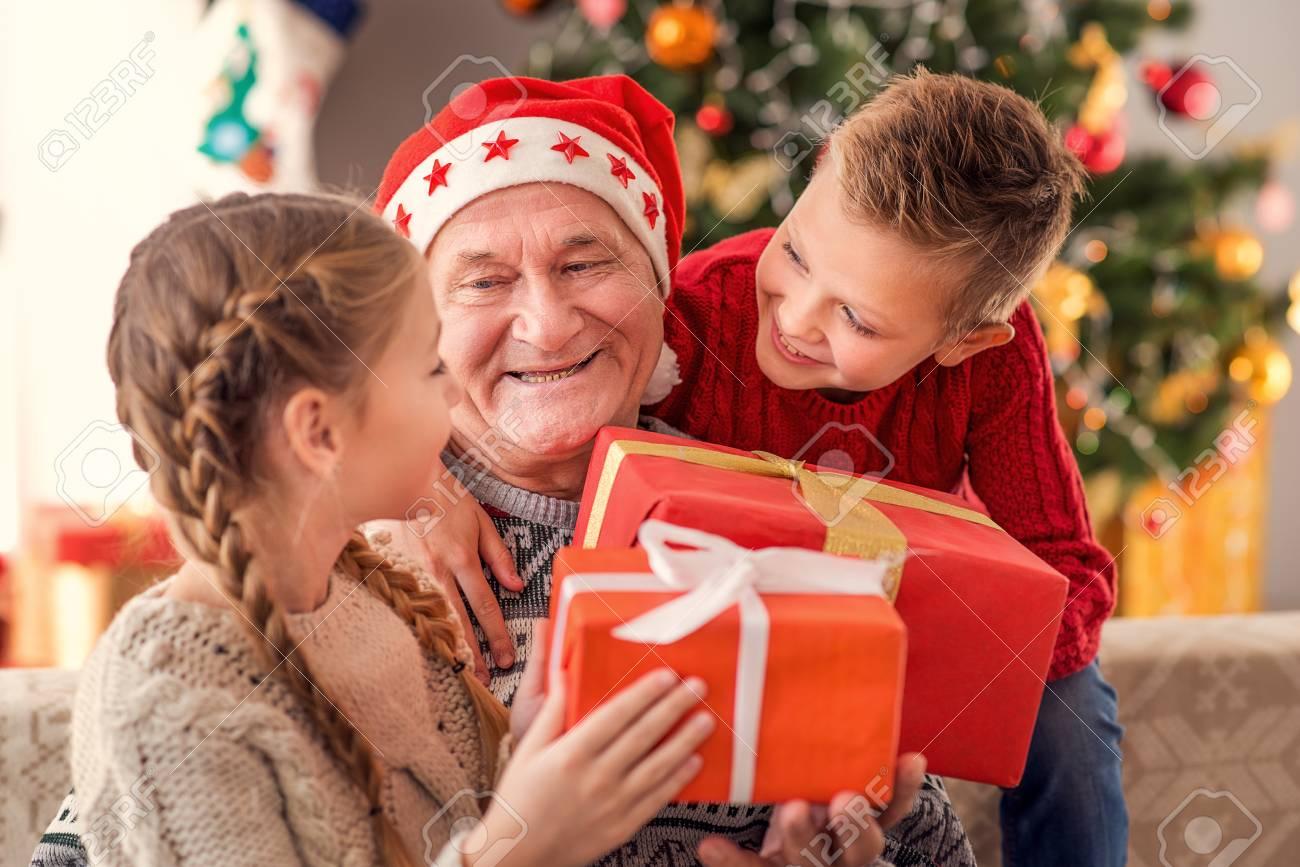 les enfants heureux reçoivent des cadeaux de noël de grand-père. ils