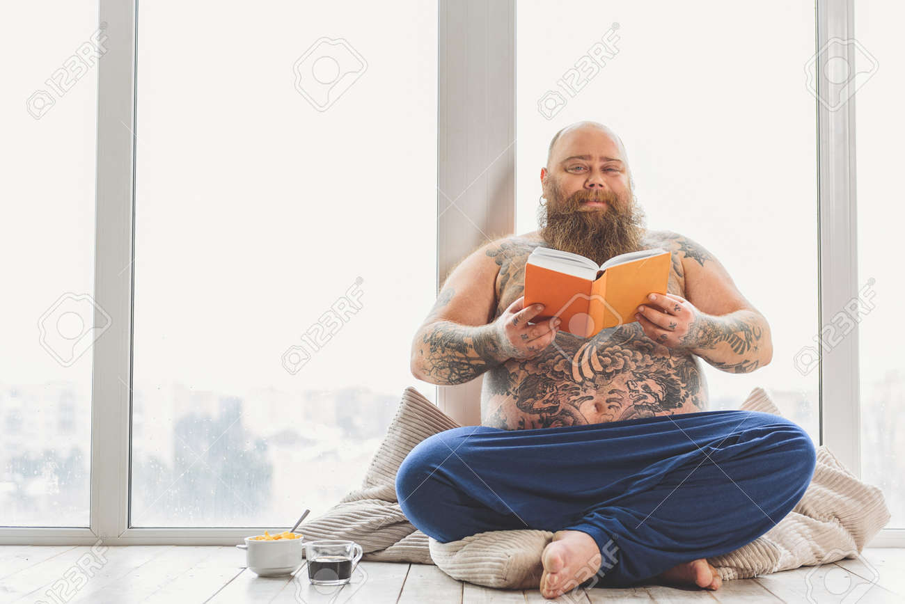 [!OFF!] Sala de Chá 68751484-cheerful-thick-guy-enjoying-literature