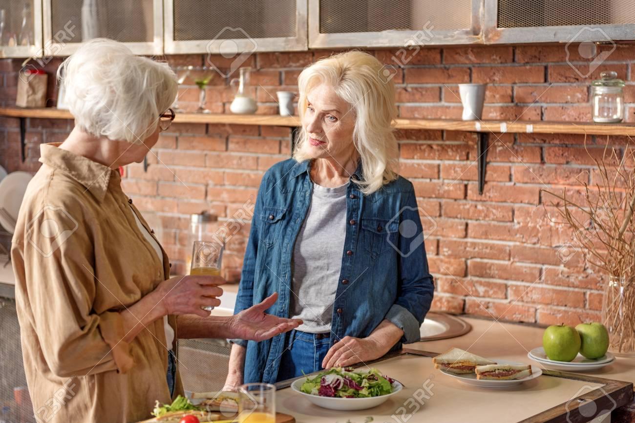 Senior Señoras Hablando En El Cuarto De Cocinar Fotos Retratos