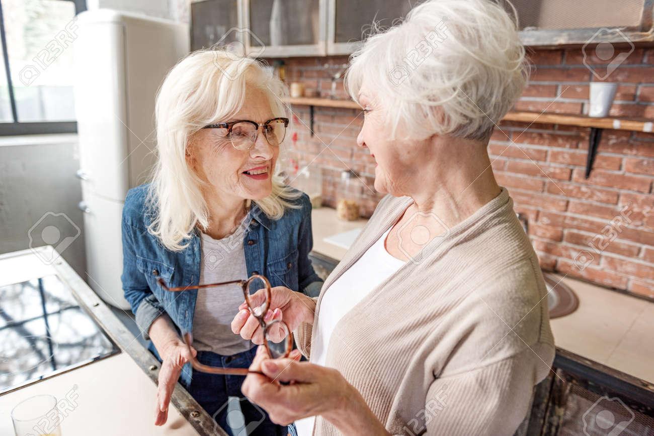 Abuelas Maduras alegres dos abuelas hablando con emoción