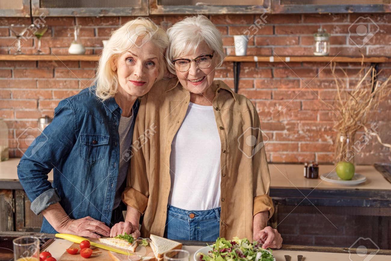 Señoras Mayores Alegres El Cocinar Con El Disfrute Fotos Retratos