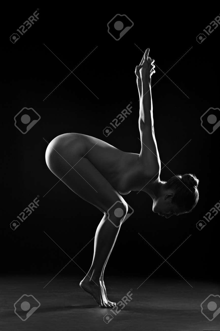 nackt madchen tut einen handstand
