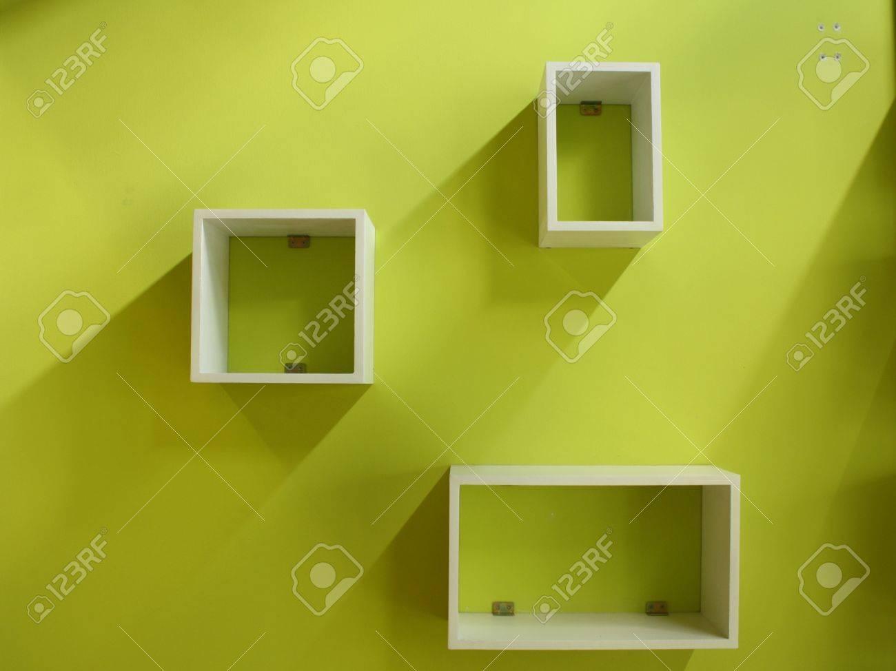 Vit hylla på en grön vägg royalty fria stockfoton, bilder ...