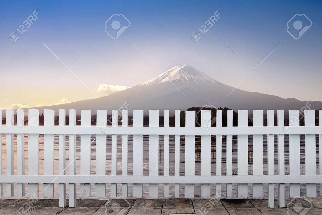 Recinzioni Per Case Di Montagna vista della montagna di fuji e recinzione in legno bianco. città del  giappone