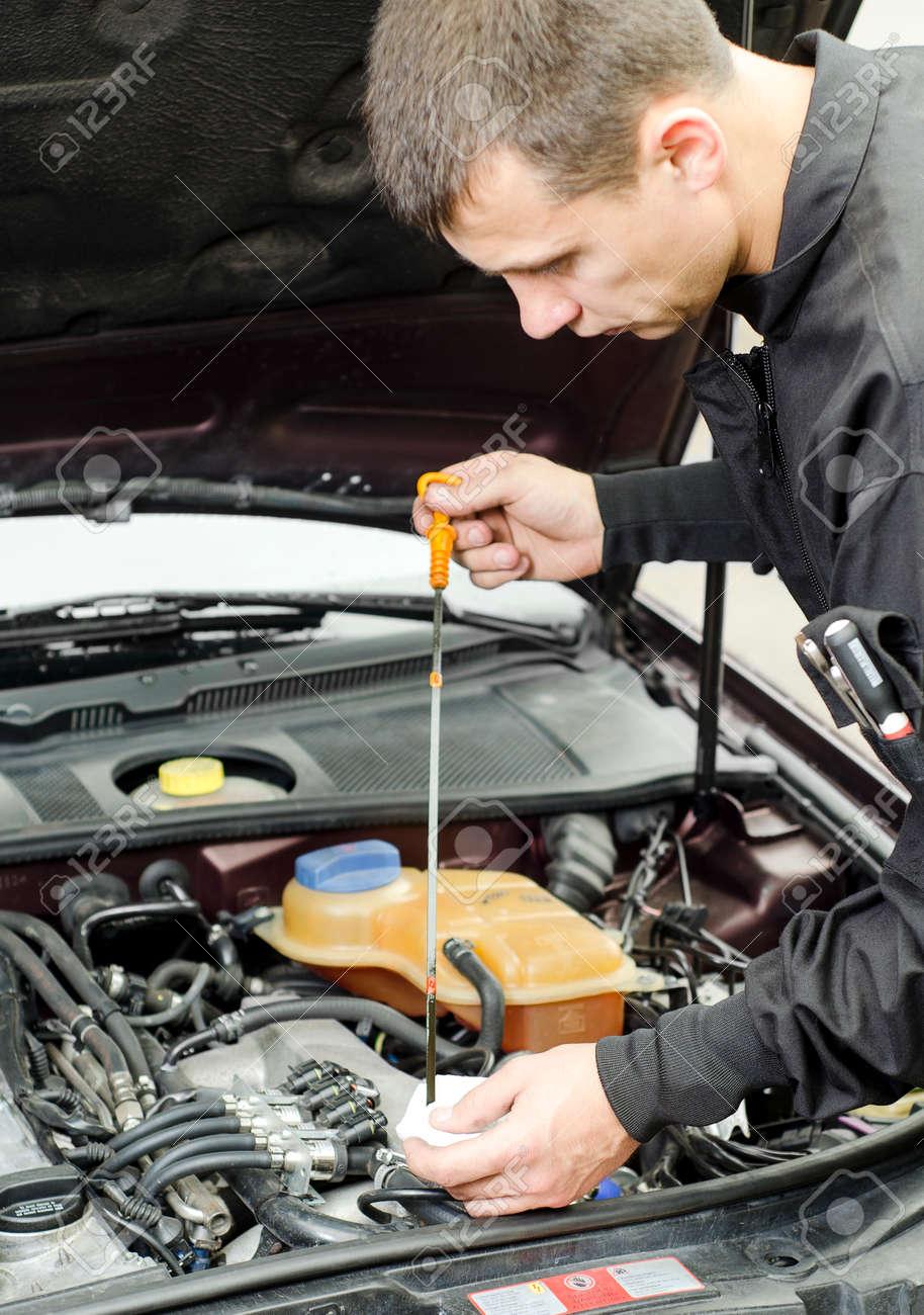 Auto-Mechaniker Überprüfung Der Motor Oil Lizenzfreie Fotos, Bilder ...
