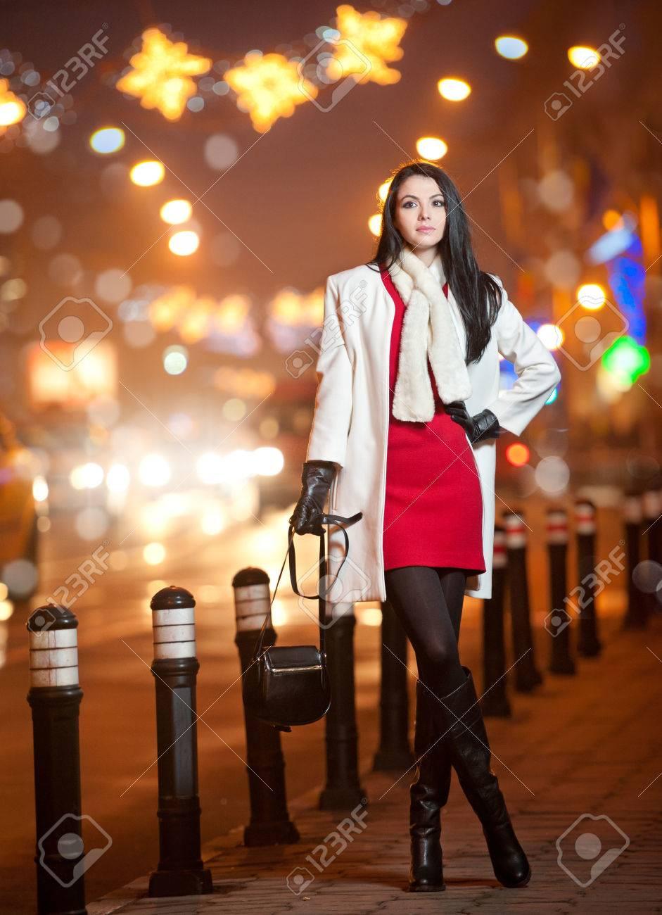 Vestido rojo con abrigo blanco