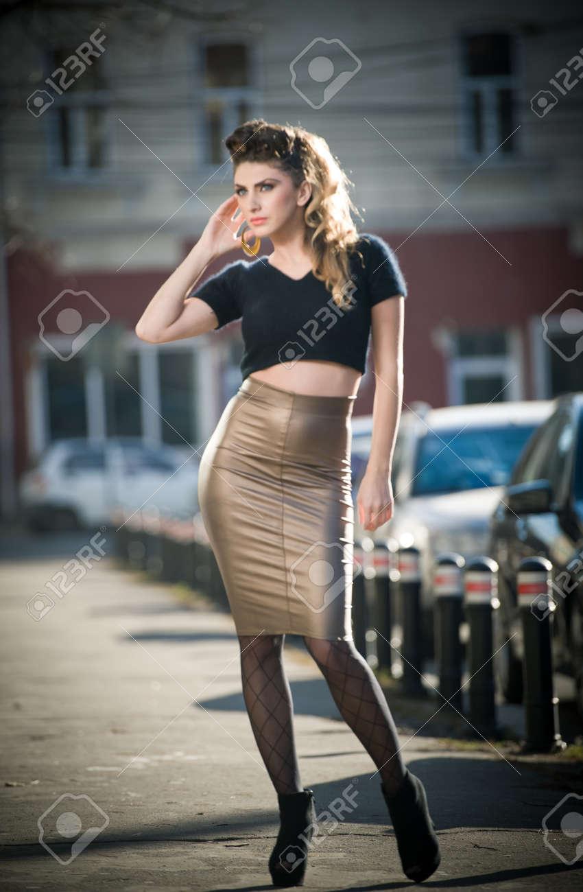 Attractive Jeune Femme Dans Un Mode Urbaine Tiré Belle Mode Jeune Fille  Avec Des Vêtements Trop Serrés Et De Longues Jambes Posant Sur La Rue  élégante Femme