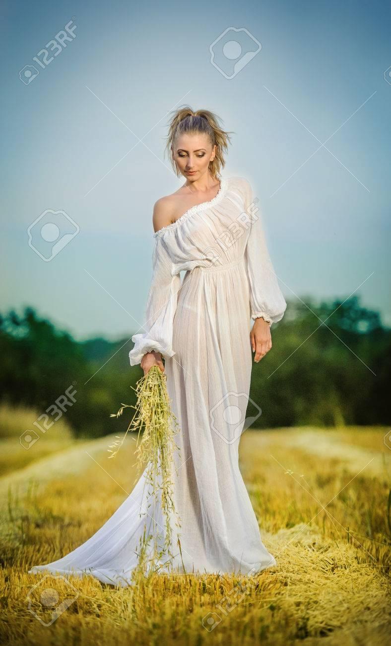Pie Joven Mujer Trigo Niña En Con Azul Limpio Mujer El Romántico Posando Campo En Vestido Al Joven Mujer De Cielo Retrato Un De Aire Largo Libre De Blanco 6HpcwYpAq