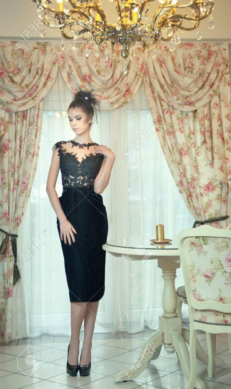 La Moda En Vestido Hermosa Negro Joven Tacones Elegante Escena Una Encaje Altos El Sensual De Morena Posando Señora VendimiaMujer Ok0wnP