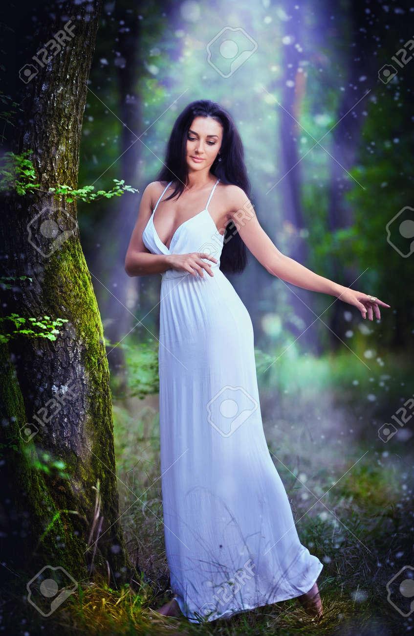Mujer elegante vestida de blanco