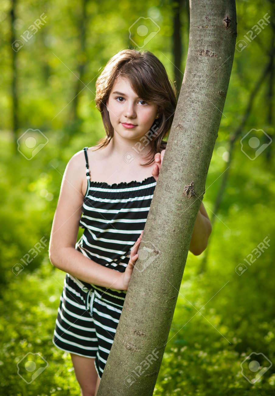 freie-suesse-junge-teenager-weibliche-muskel