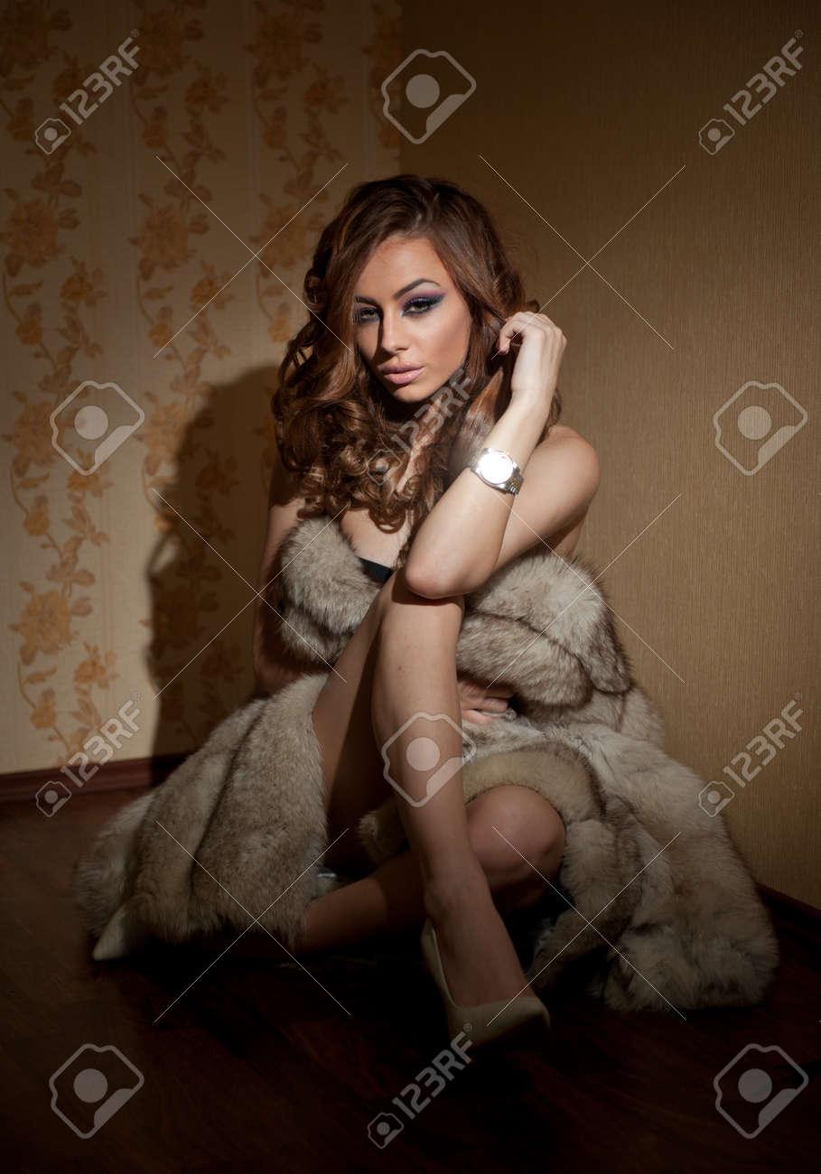 Sienta Joven Un Piel Abrigo Se En Sexy Atractivo Envuelta De Mujer FqpvEp