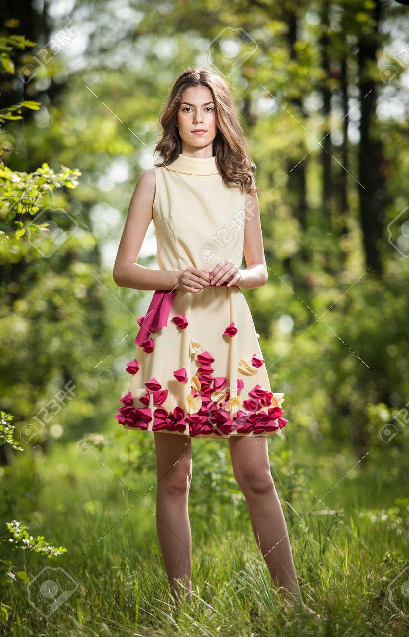 f497abc9c Muchacha Hermosa Joven En Un Vestido Amarillo En El Bosque. Retrato De La  Mujer Romántica En Bosque De Hadas. Impresionante Modelo Adolescente De  Moda En ...