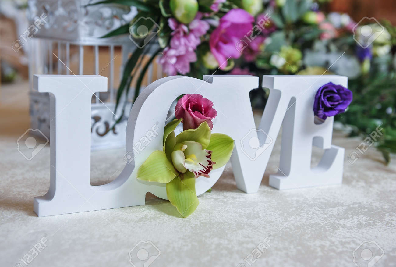 Mariage Lettres Decor De L Amour Et Des Fleurs Sur La Table Des