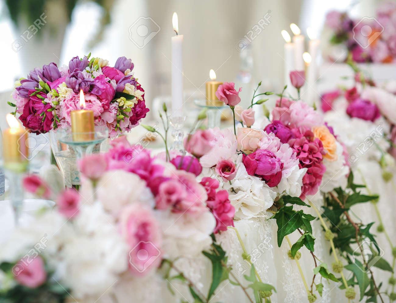 Decoración De La Boda En La Mesa Arreglos Y Decoración Floral Arreglo De Flores De Color Rosa Y Blanco En El Restaurante Para Eventos De La Boda De