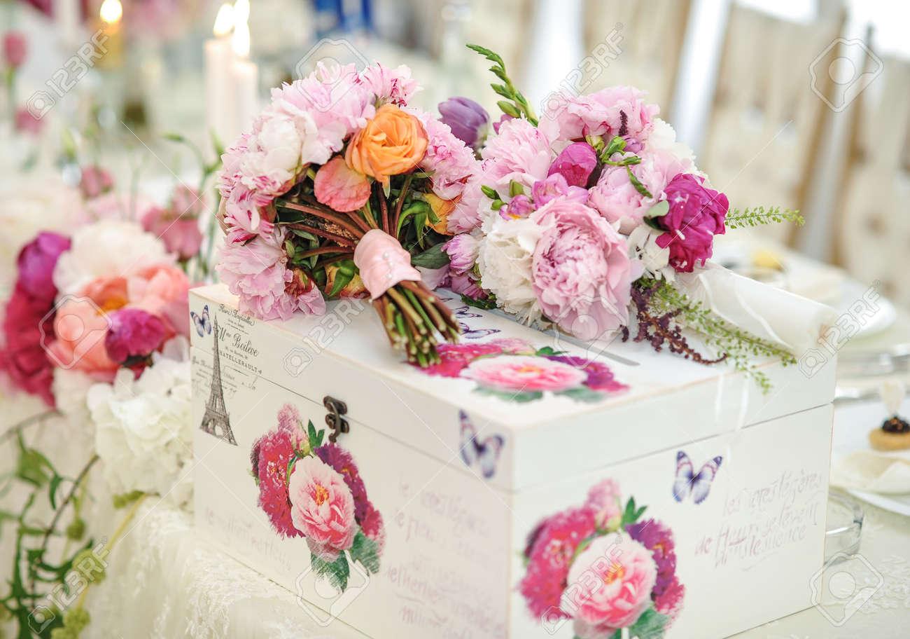 Hochzeitsdekoration Auf Dem Tisch Blumenarrangements Und Dekoration