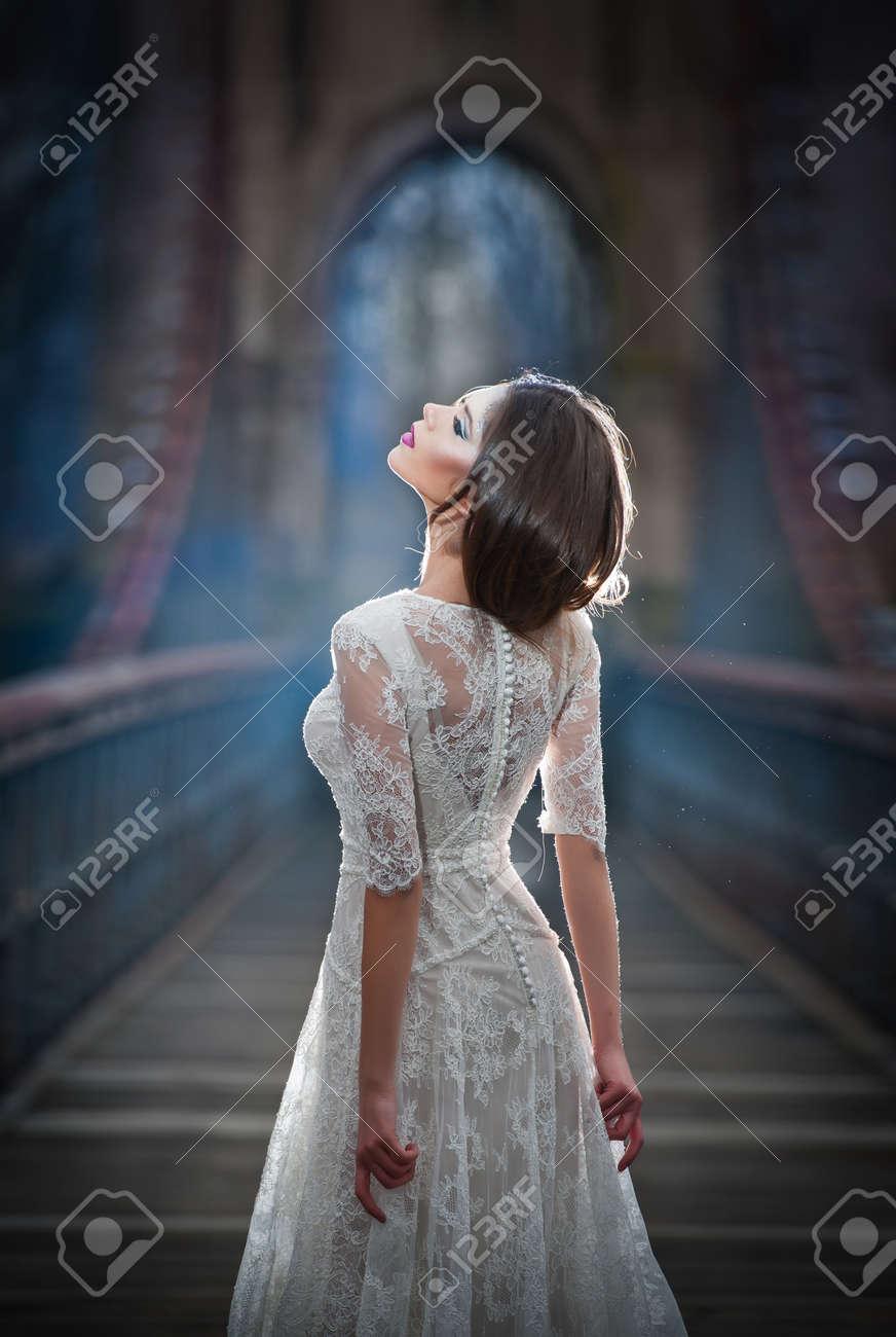 Schöne Junge Dame Eleganten Weißen Kleid Trägt Die Strahlen Der ...