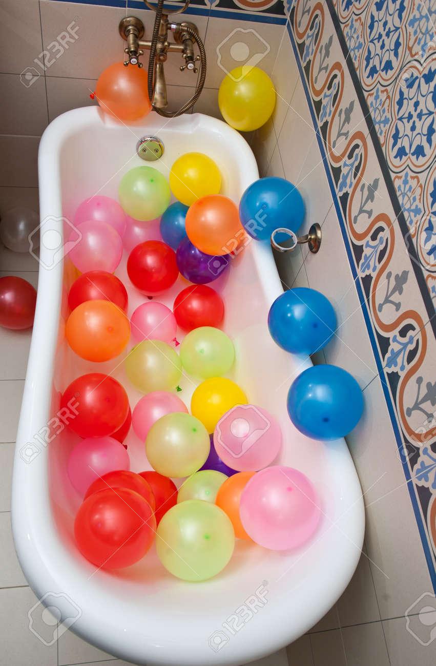 db91549c0 Foto de archivo - Manojo de globos de colores en tubo del baño. Las grandes  montón de globos inflados multicolor.