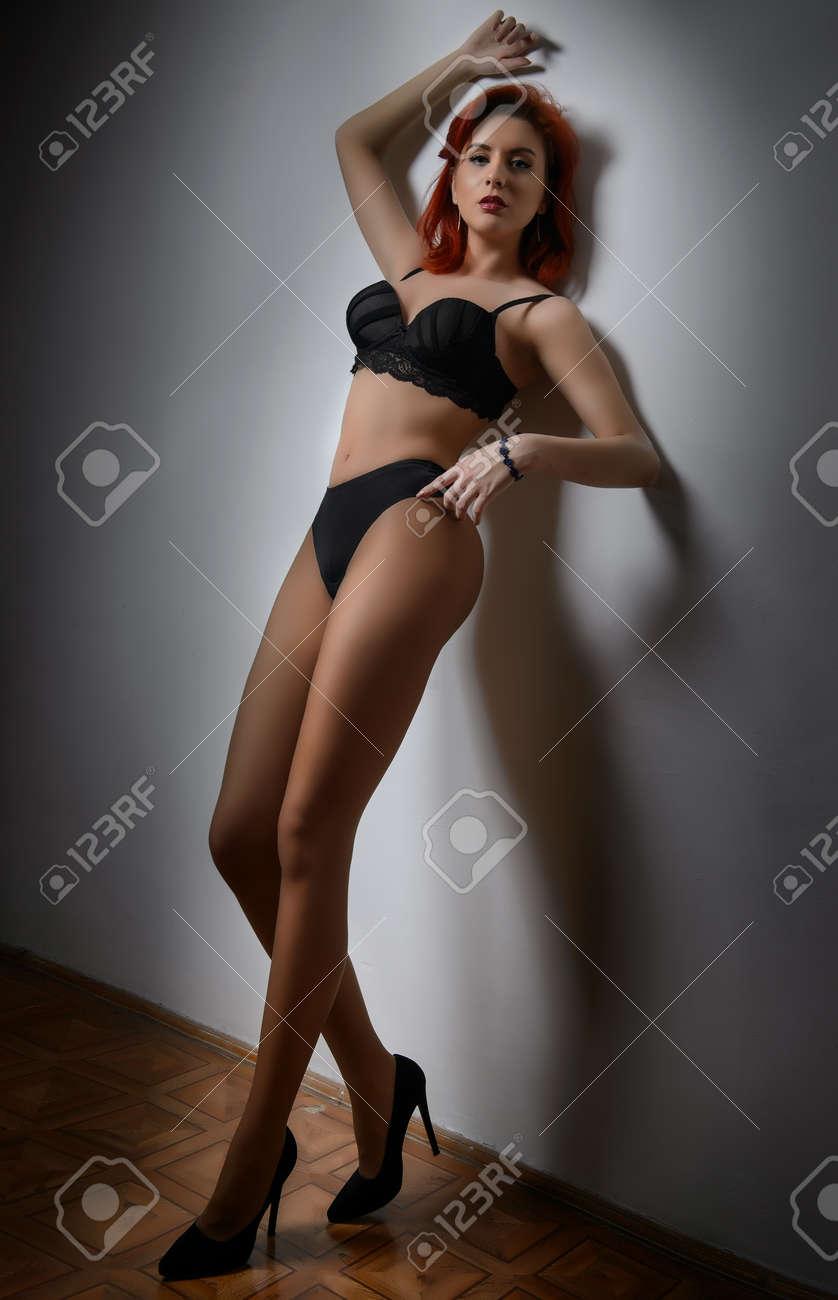 negra Atractiva con lencería en modelo pelirroja zSVpUM