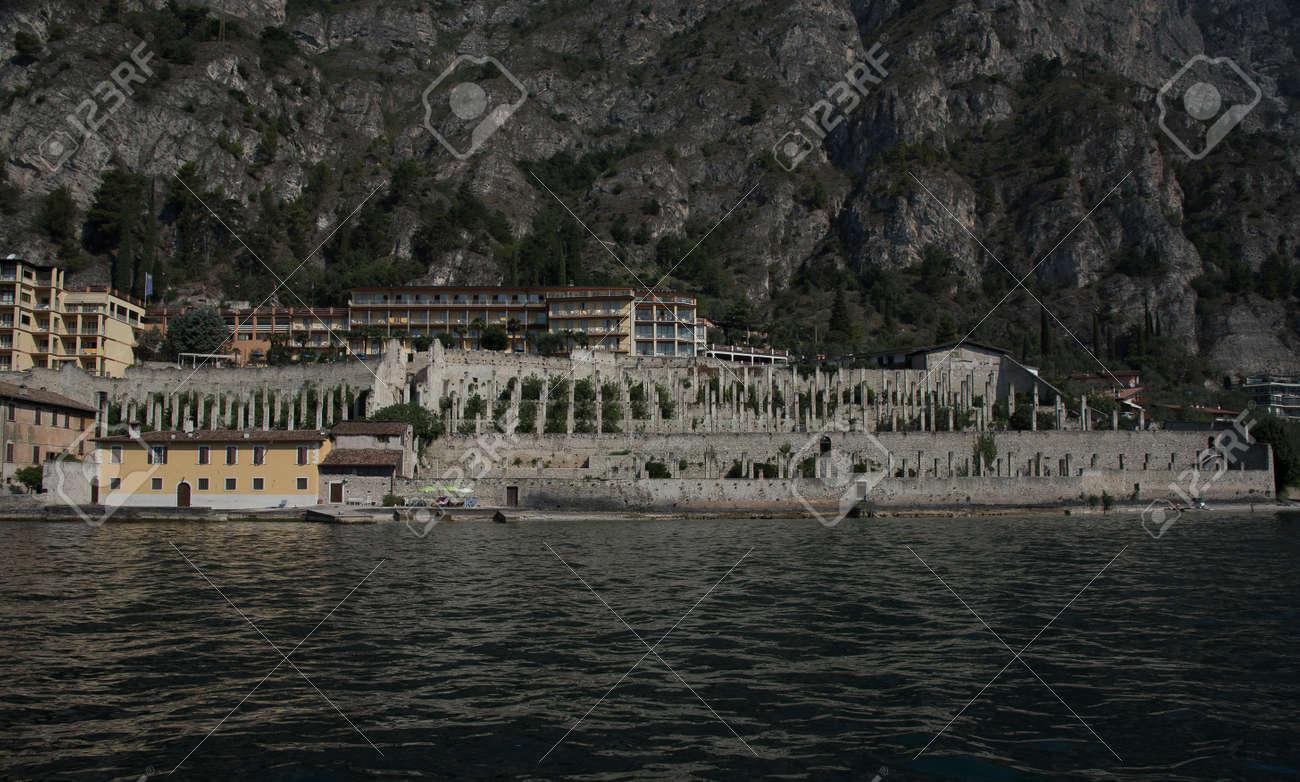 Limone Sul Garda Lago De Garda Italia Vista La Casa Del Limón Del Lago Terrazas Muros De Piedra Columnas De Piedra Casas Y Pérgolas De Madera