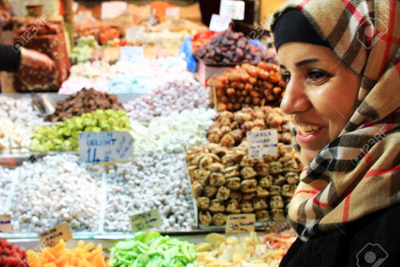 ISTANBUL - NOVEMBER 20: Unidentified woman bargains for Turkish Delight at Spice Market on November 20, 2010 in Istanbul. Nut, locum and souvenirs fill shops at here, one of the oldest bazaars in city Stock Photo - 9730395