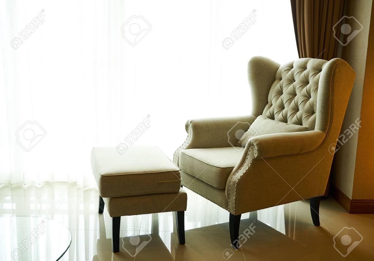 Sofà e sgabello luce da finestra foto royalty free immagini
