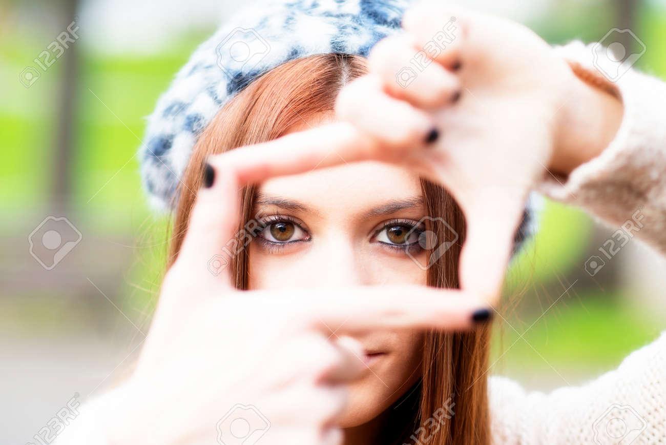 Nahaufnahmeporträt Des Jungen Mädchens Rahmen Mit Ihren Händen ...