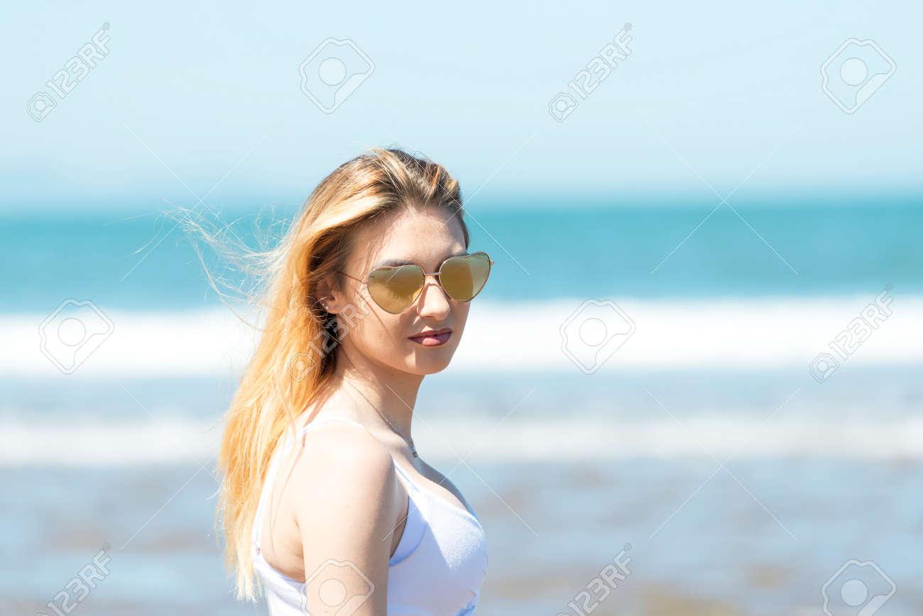 Di Giovane Donna Ritratto In Occhiali Immagini Con Stock Da Sole hsrdtQC