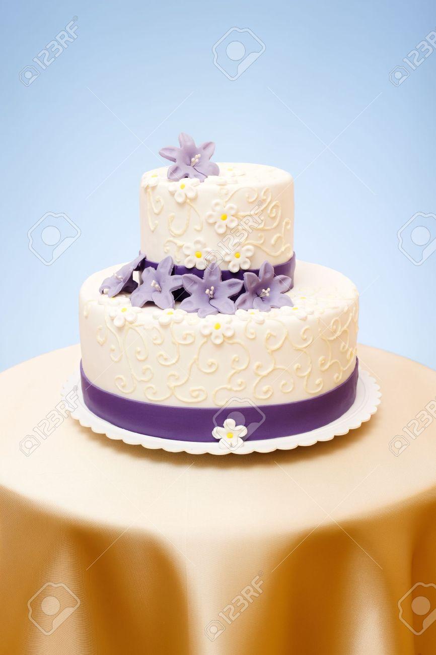 Deux étages De Gâteau De Mariage Blanc Avec Du Violet De Pâte Damande Fleurs Décoration