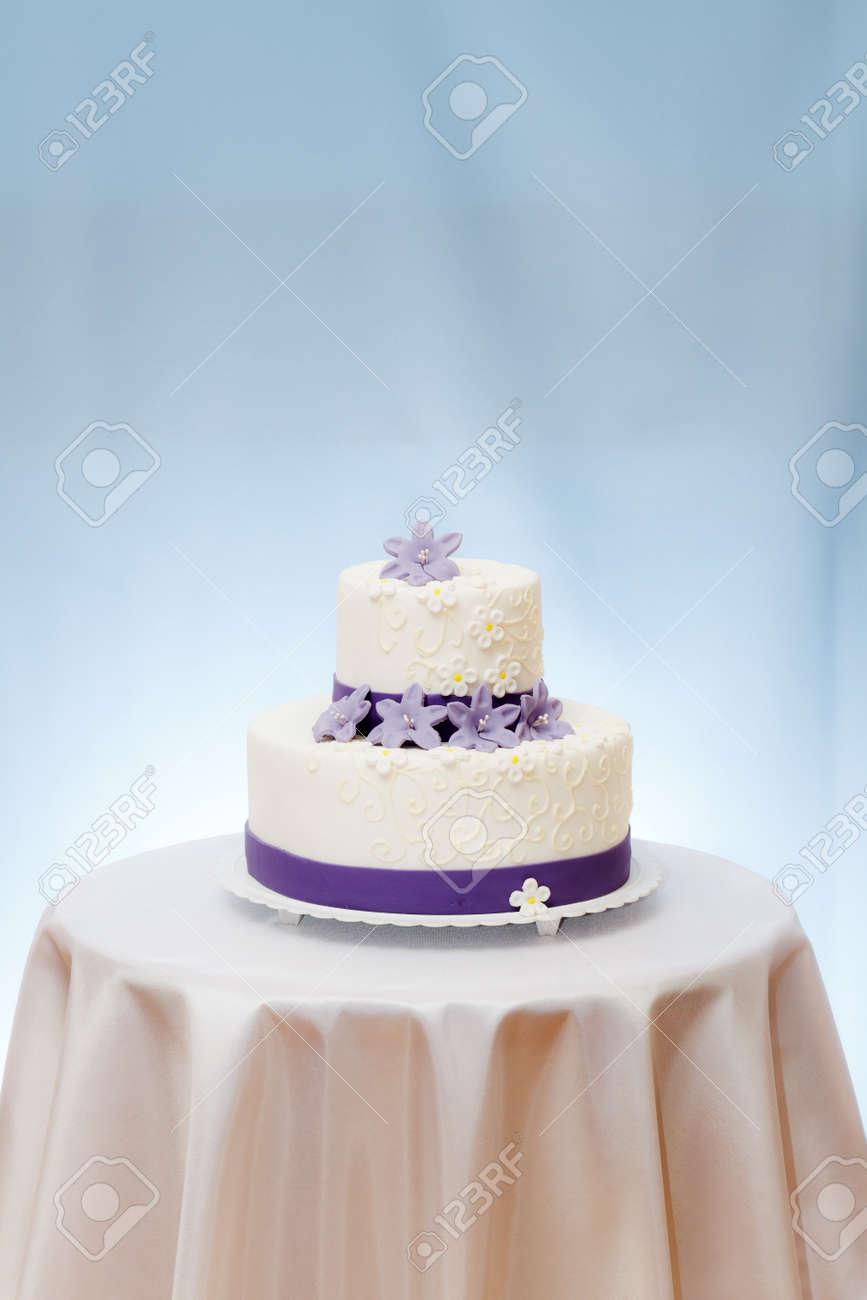 Hochzeitstorte Mit Violetten Blumen Dekoration Auf Dem Tisch Kopieren Raum Uber