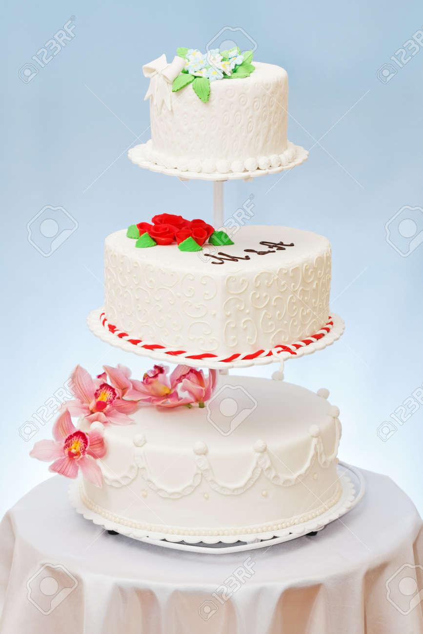 varios modelos de pasteles de boda en el escenario de varios pisos foto de archivo