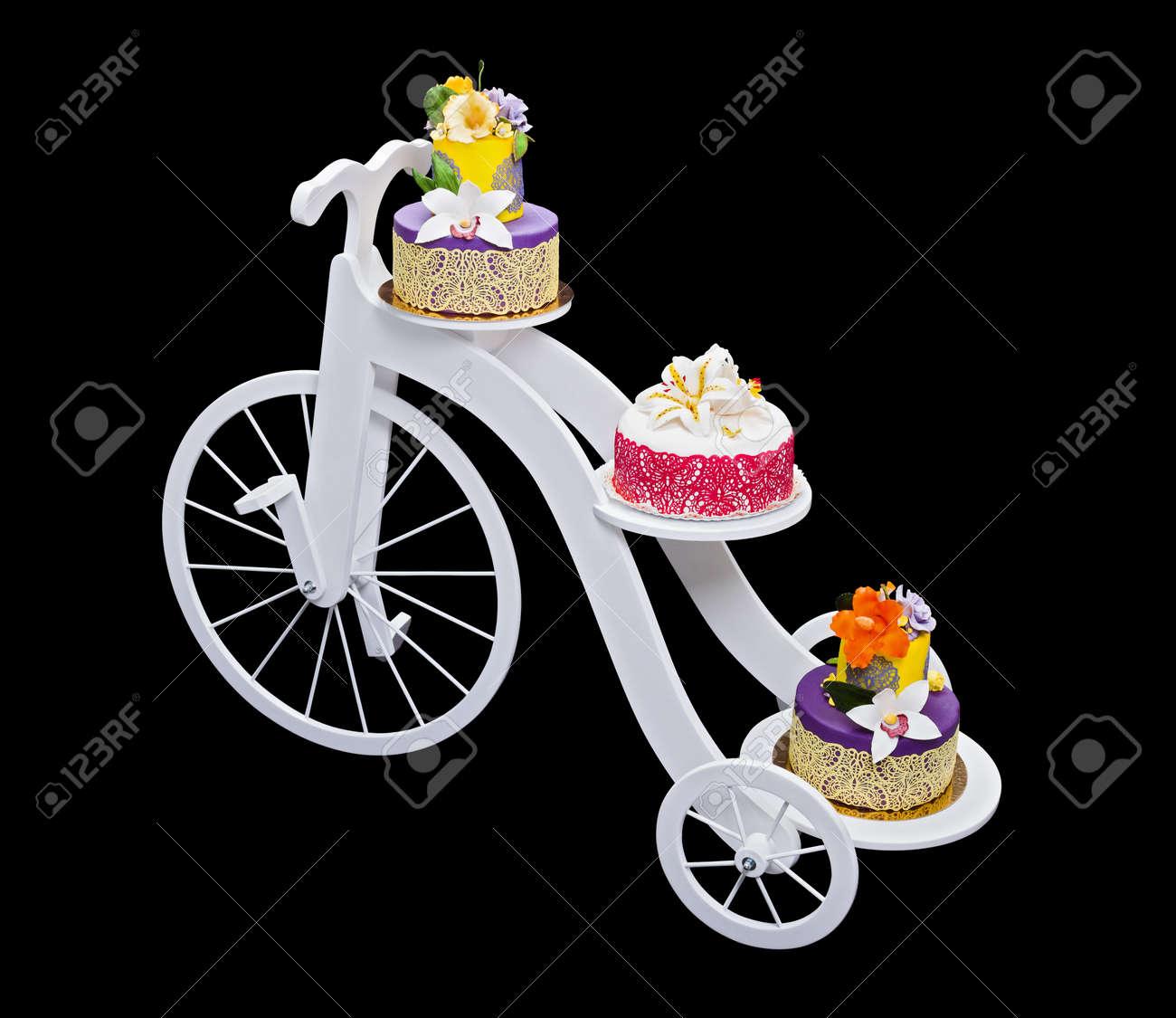 Weisse Holzerne Fahrrad Kuchen Mit Drei Kuchen Isoliert Auf Schwarz