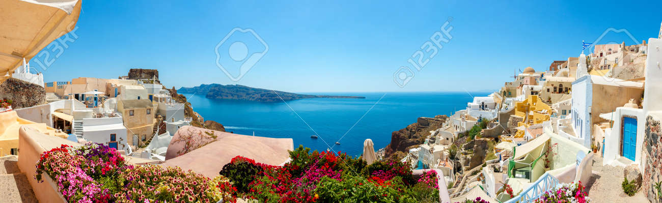 Panorama of colorful houses in Oia town, Santorini island - 43672901