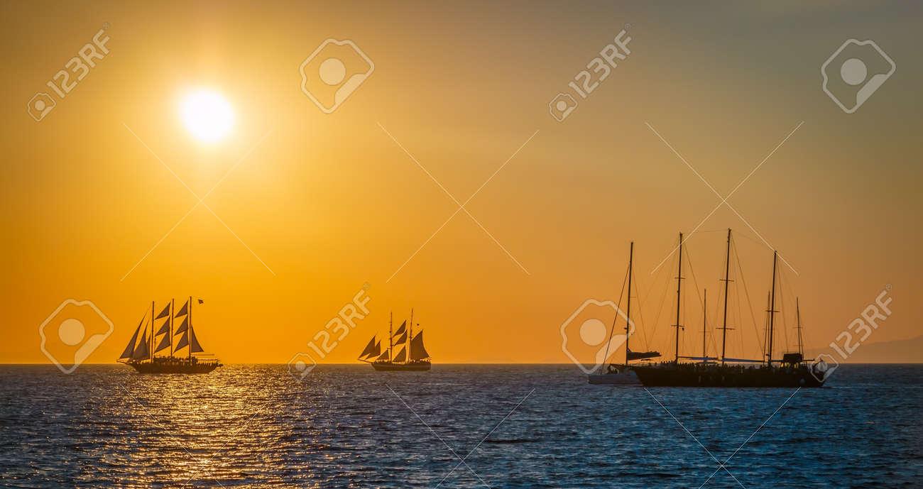 Segelschiffe auf dem meer sonnenuntergang  Segelschiffe Auf Dem Meer In Roten Sonnenuntergang Lizenzfreie ...