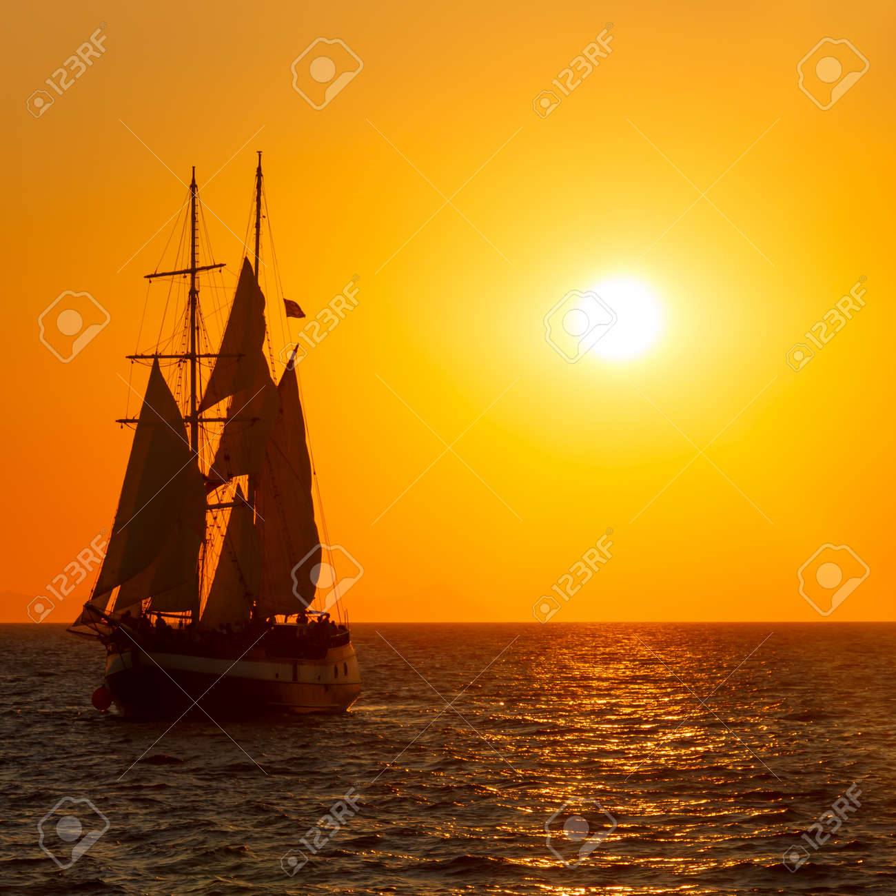 Segelschiffe auf dem meer sonnenuntergang  Segelschiff Silhouette Im Roten Sonnenuntergang Auf Dem Meer ...