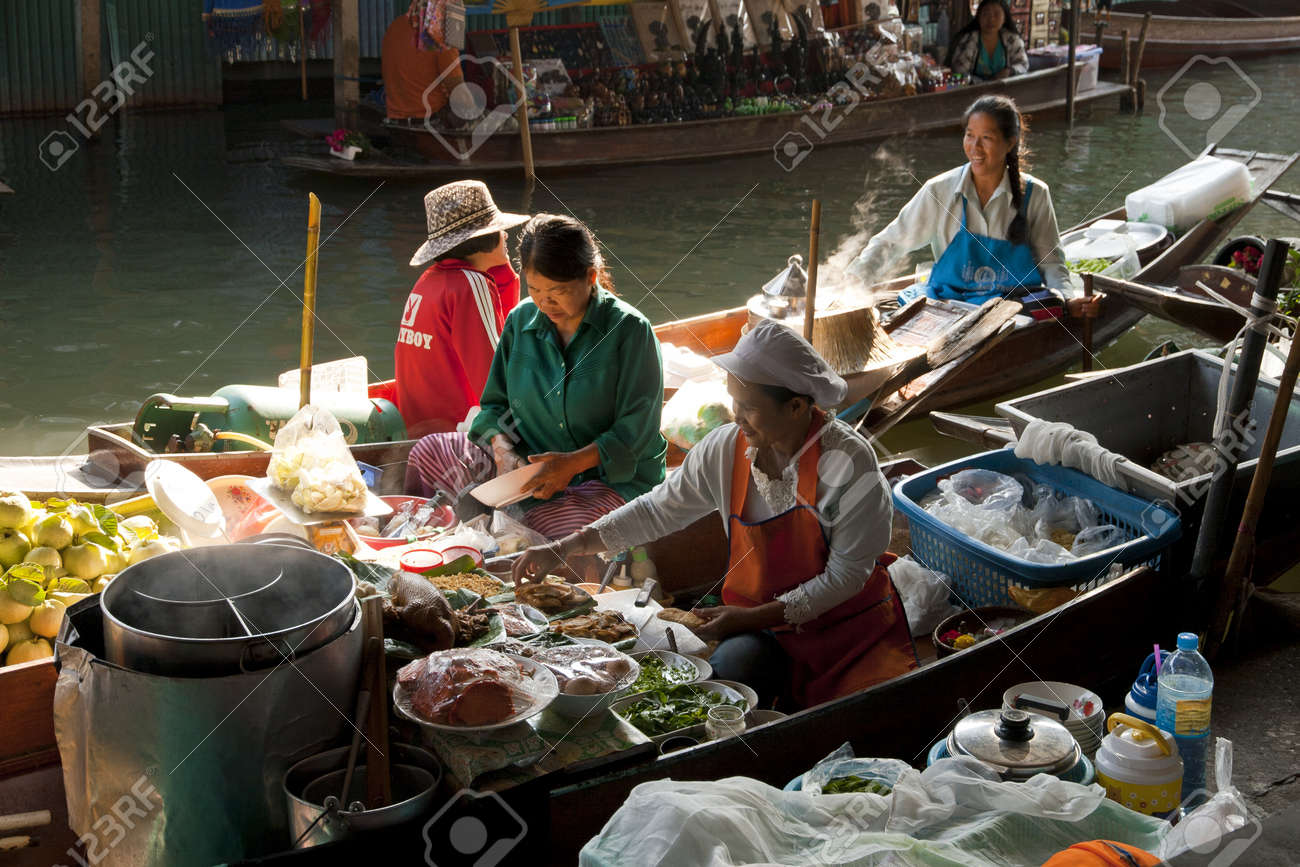 RATCHABURI,THAILAND -DEC 11  Merchants row along the canal to sell their goods at floating market on Dec 11, 2011 in Ratchaburi  This is the most traditional and famous floating market in Thailand   Stock Photo - 14499519