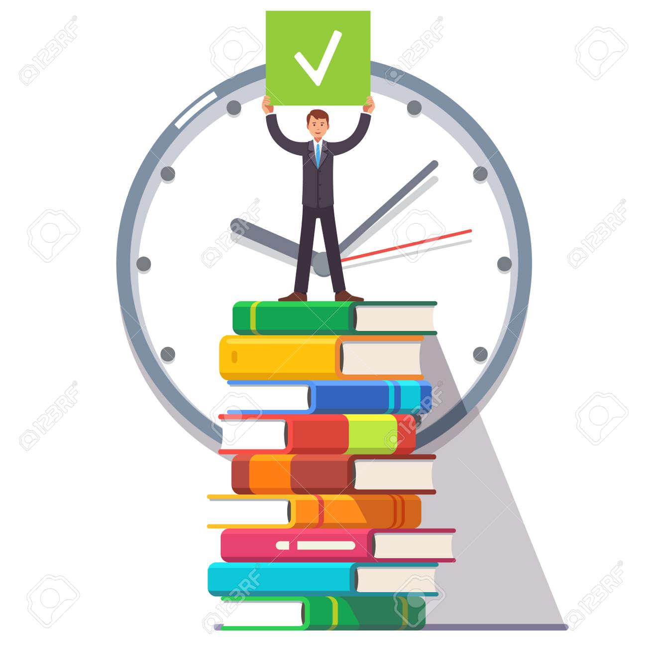 Geschäftsmann Der Auf Einem Riesigen Turm Stapel Bücher Und Arbeit