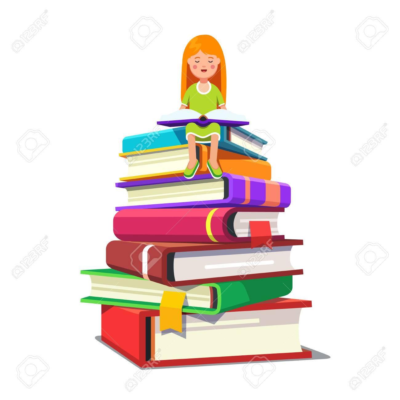 Niña Que Se Sienta En Una Pila De Libros Grandes Y Lectura Abierto