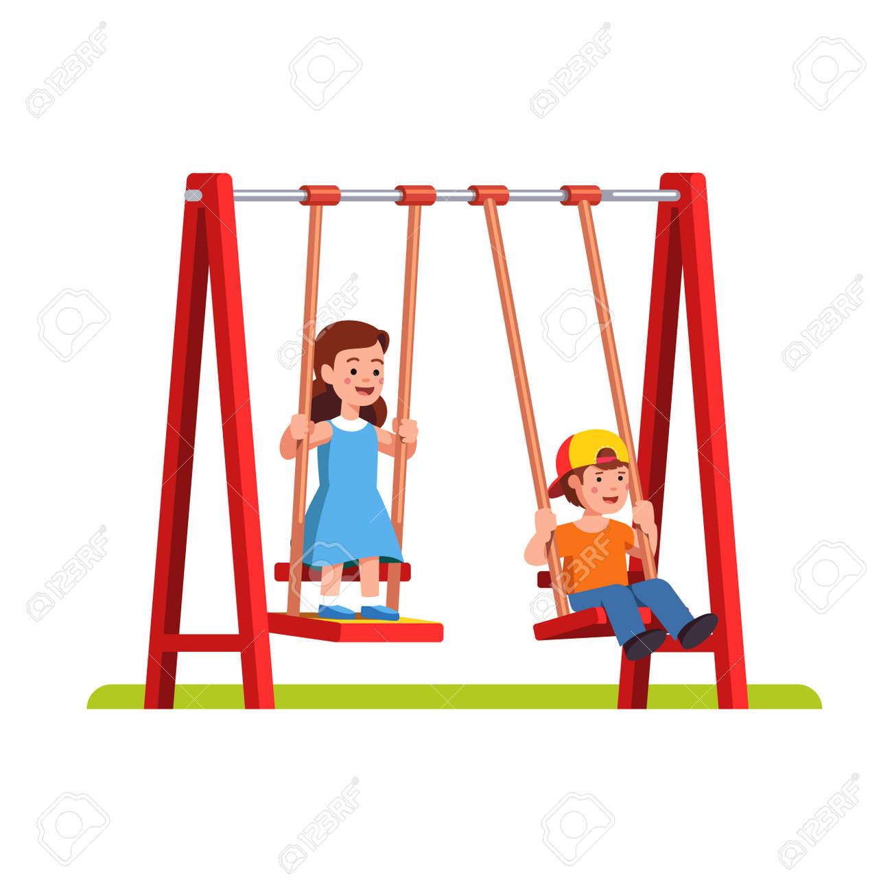 Junge Und Mädchen Schwingen Auf Schaukel Auf Spielplatz Lizenzfrei