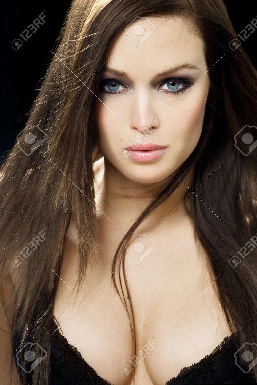 Model braune haare blaue augen