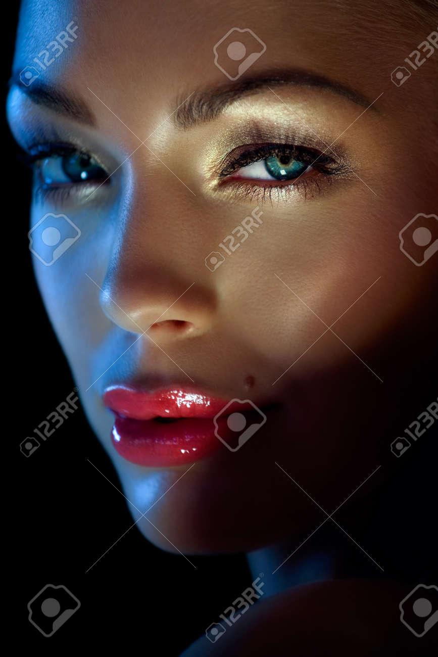 Woman with beautiful make-up. Daylight + golden reflector. - 38466056