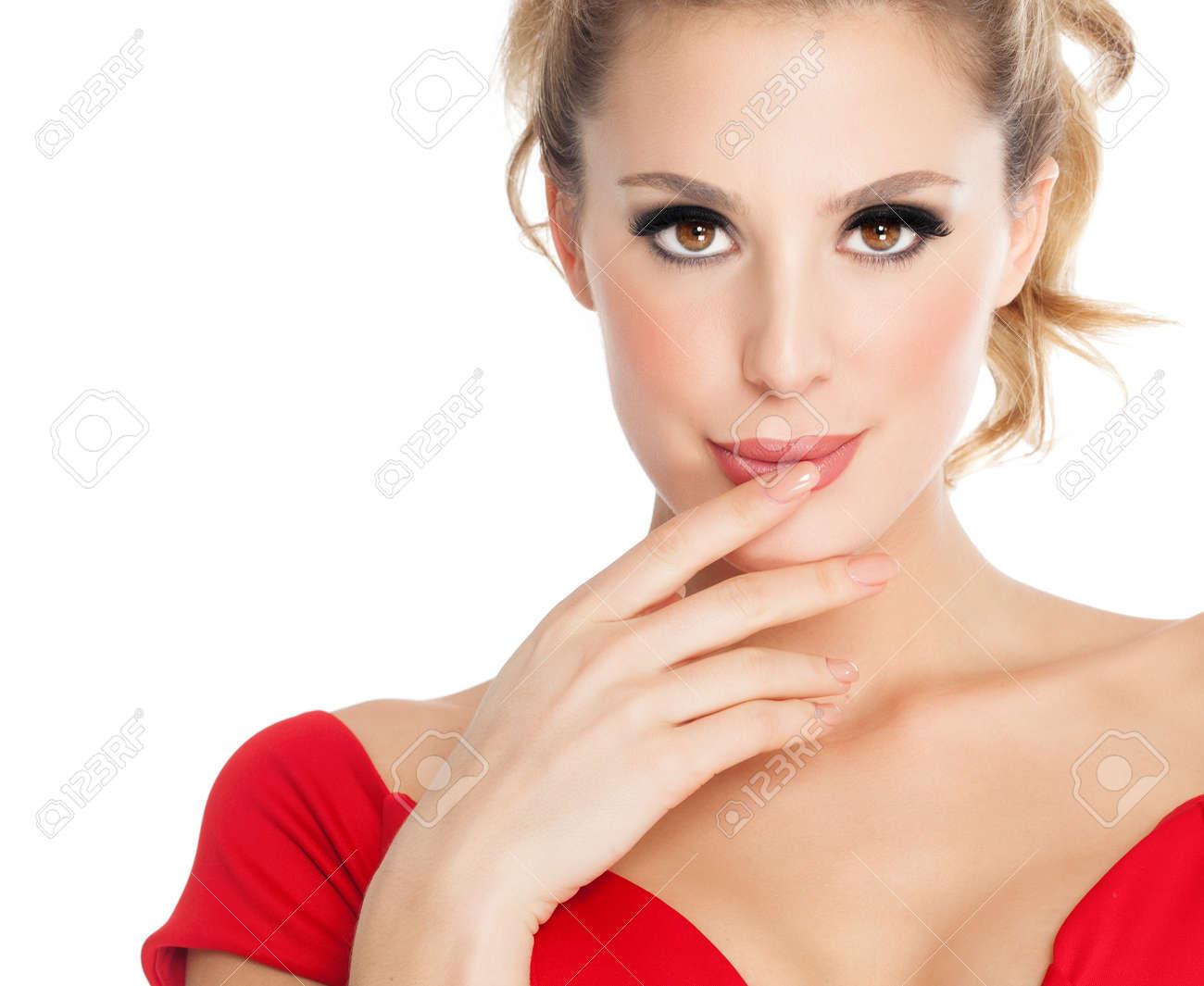 schöne frau mit roten lippenstift trägt rotes kleid auf weißem hintergrund.