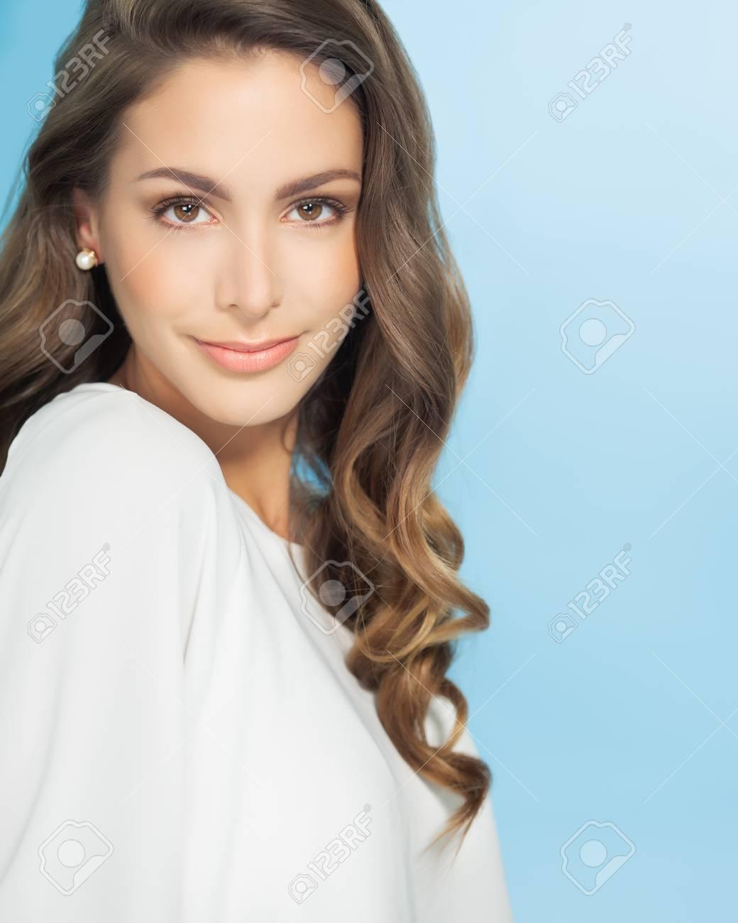 Schöne Lächelnde Junge Frau Mit Langen Haaren Auf Blauem Hintergrund