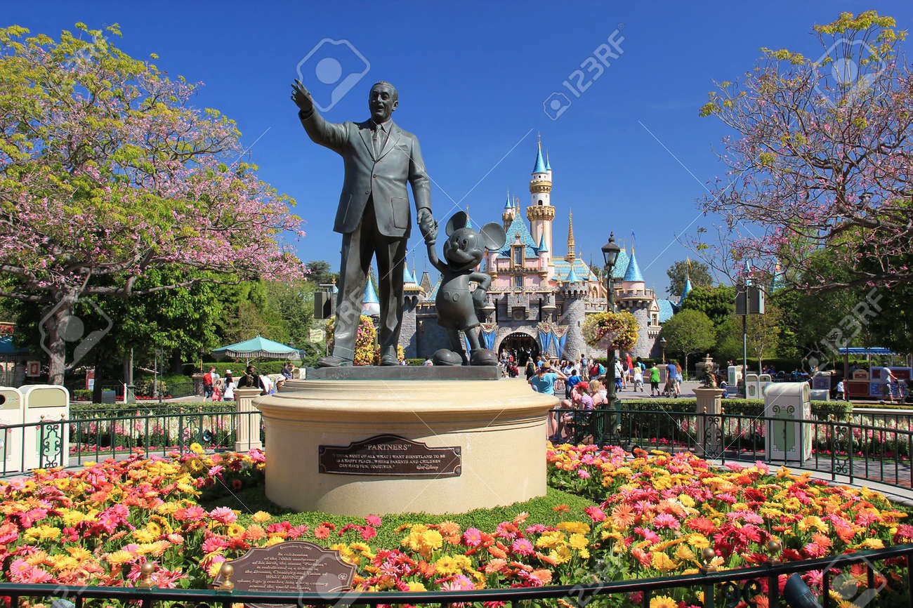 Standbeeld Walt Disney.Statue Of Walt Disney And Mickey Mouse Known As Disney Partnes