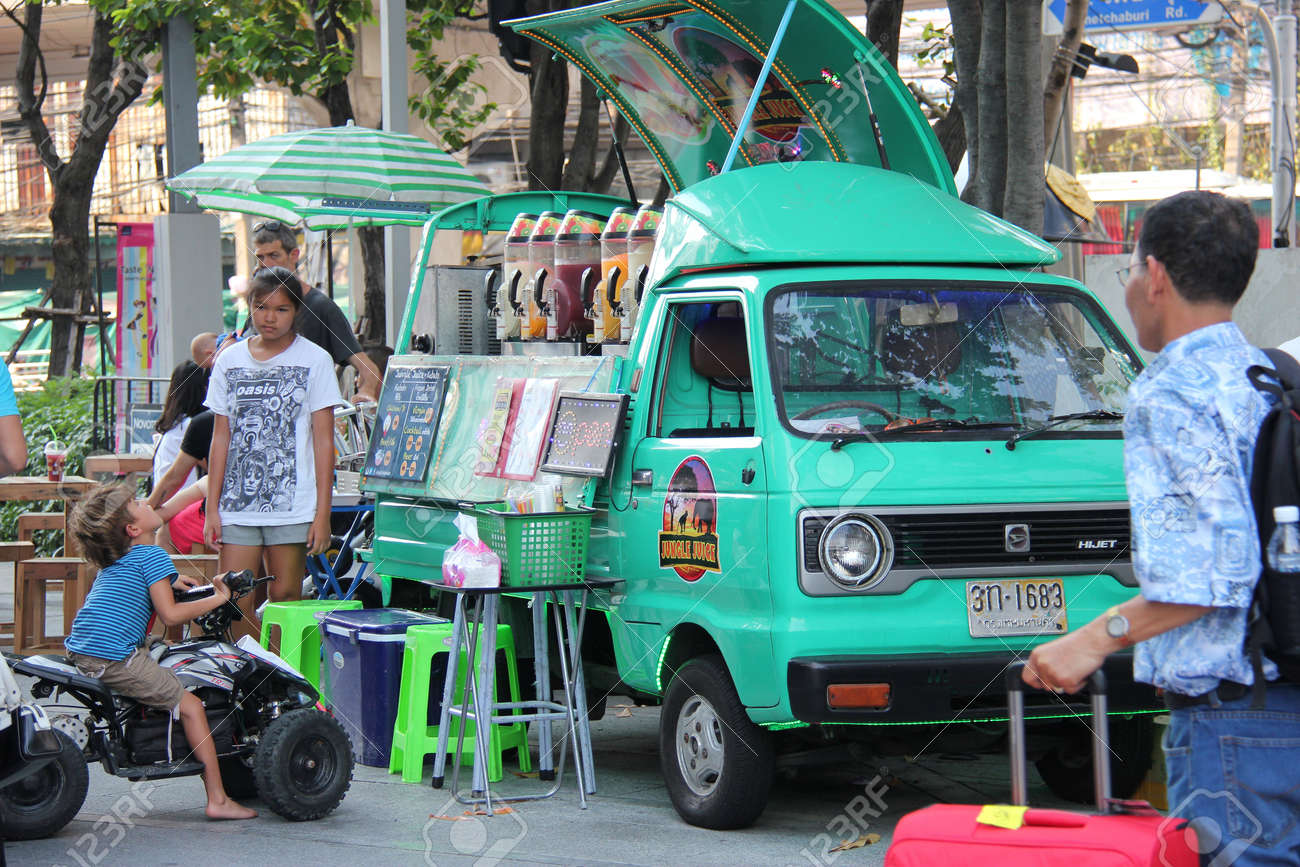 Bangkok Thailand April 16 2015 Tourists Are Buying Juices From A Food Truck Parking Near