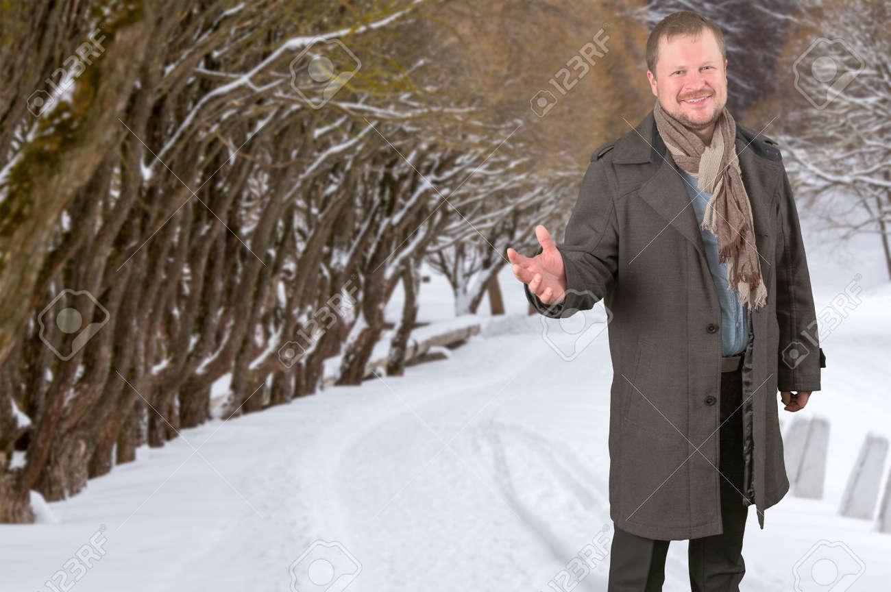 selezione migliore fc4c0 cb4f2 Uomo di mezza età in un cappotto e sciarpa guardando amichevole su sfondo  Winter Park