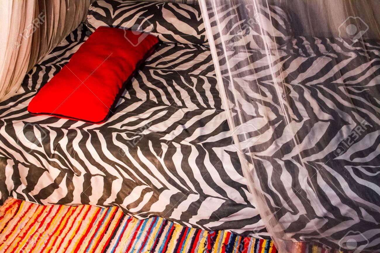 Décoration de chambre de style africain avec imprimé zèbre et tapis coloré