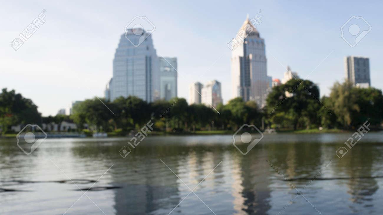 Desenfoque Y Desenfoque De La Imagen Del Lago De La Terraza El Agua Los árboles Y La Construcción En La Ciudad Vista Del Parque En La Ciudad