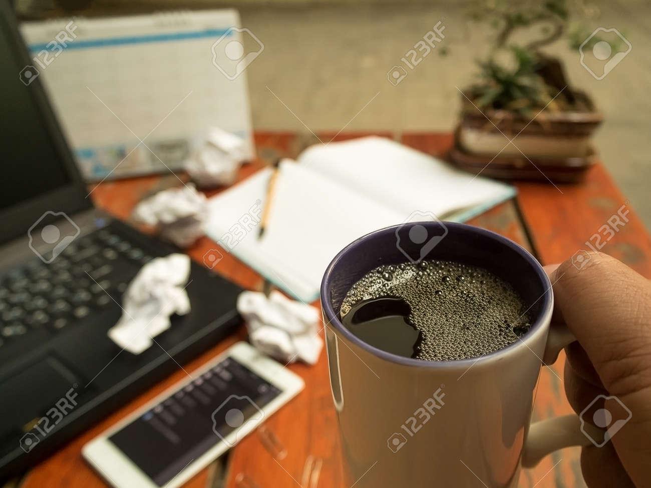 Man Arbeitet An Laptop Und Halten Tasse Schwarzen Kaffee Für Große ...